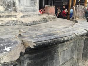 Altare ancora devastato dall'incendio del 1997