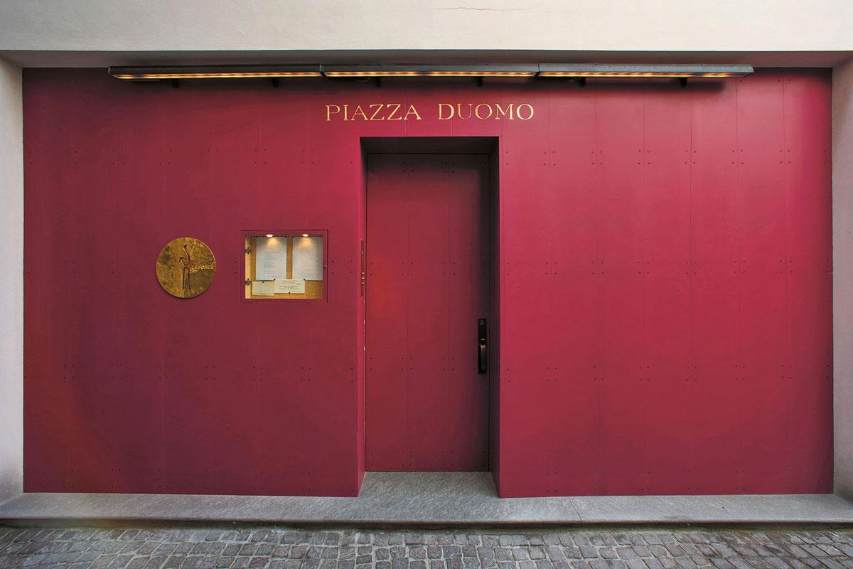 Entrata del ristorante Piazza Duomo con tre stelle Michelin ad Alba